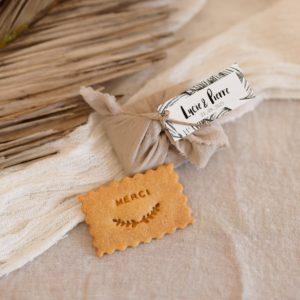 biscuits personnalisés en furoshiki sable providencia bali cadeau invité mariage