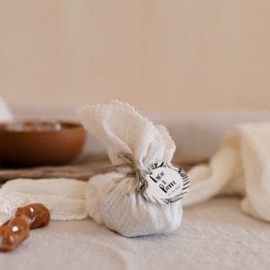 aumoniere de caramels bali latte cadeau invité mariage personnalisé