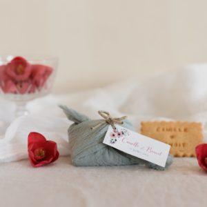 biscuits personnalisés en furoshiki amandier providencia bloom cadeau invité mariage