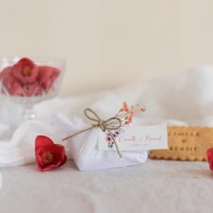 biscuits personnalisés en furoshiki blanc providencia bloom cadeau invité mariage