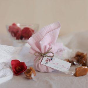 aumônière de caramels rose clair étiquette rectangle bloom cadeau personnalisé mariage