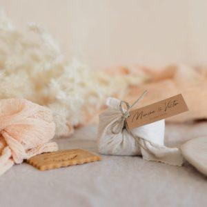 biscuits personnalisés en furoshiki latte providencia boheme cadeau invité mariage