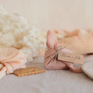 biscuits personnalisés en furoshiki nude providencia boheme cadeau invité mariage