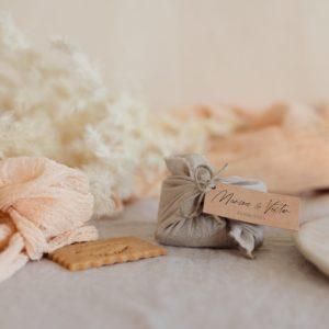 biscuits personnalisés en furoshiki sable providencia boheme cadeau invité mariage