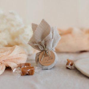 aumônière de caramels sable étiquette ronde boheme cadeau personnalisé mariage