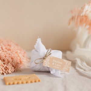 biscuits personnalisés en furoshiki blanc providencia champetre cadeau invité mariage