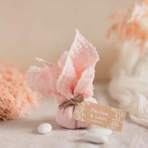 aumônière de dragées rose clair étiquette rectangle champêtre cadeau personnalisé mariage