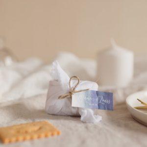 biscuits personnalisés en furoshiki blanc providencia deep blue cadeau invité mariage