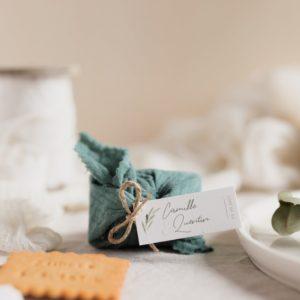 biscuits personnalisés en furoshiki celadon providencia garrigues cadeau invité mariage
