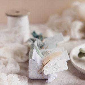 biscuits personnalisés en furoshiki providencia collection garrigues cadeau invité mariage