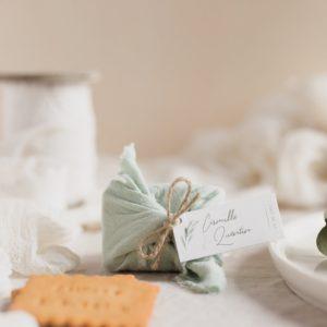 biscuits personnalisés en furoshiki vert d'eau providencia garrigues cadeau invité mariage