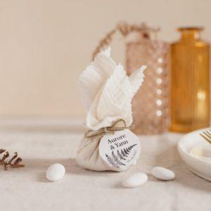 aumônière de dragées blanc étiquette ronde nature cadeau personnalisé mariage