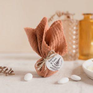 aumônière de dragées terracotta étiquette ronde nature cadeau personnalisé mariage