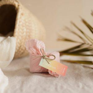 biscuits personnalisés en furoshiki blush providencia sunset cadeau invité mariage