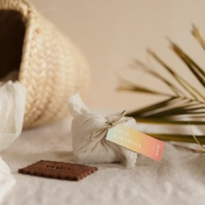 biscuits personnalisés en furoshiki latte providencia sunset cadeau invité mariage
