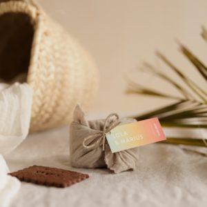 biscuits personnalisés en furoshiki sable providencia sunset cadeau invité mariage