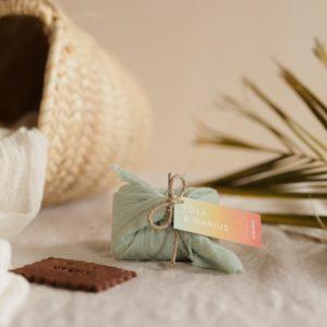 biscuits personnalisés en furoshiki vert d'eau providencia sunset cadeau invité mariage