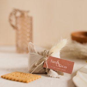 biscuits personnalisés en furoshiki sable providencia terracotta cadeau invité mariage