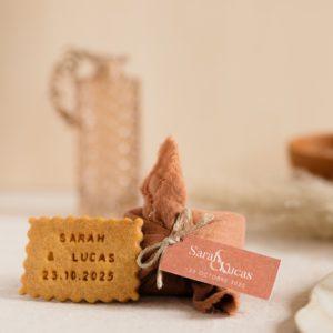 biscuits personnalisés en furoshiki terracotta providencia terracotta cadeau invité mariage