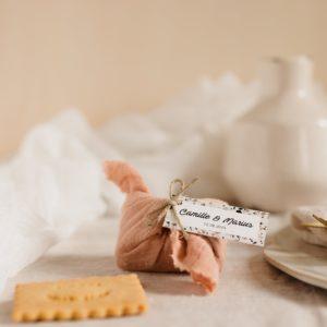 biscuits personnalisés en furoshiki nude providencia terrazzo cadeau invité mariage