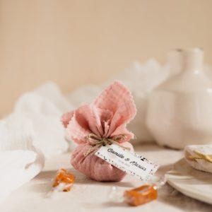 aumônière de caramels bois de rose étiquette rectangle terrazzo cadeau personnalisé mariage